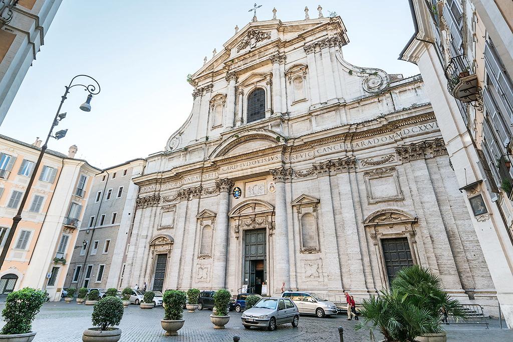 Фасад церкви Сант-Иньяцио