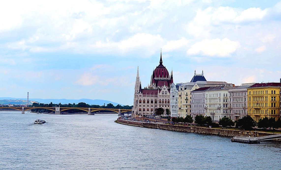 Вид на Парламент Будапешта с моста Сечени