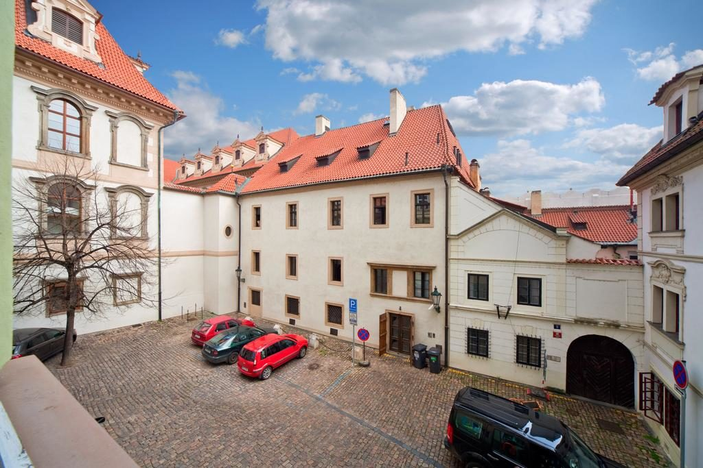 Внутренний двор и парковка в Hotel Waldstein (Прага)