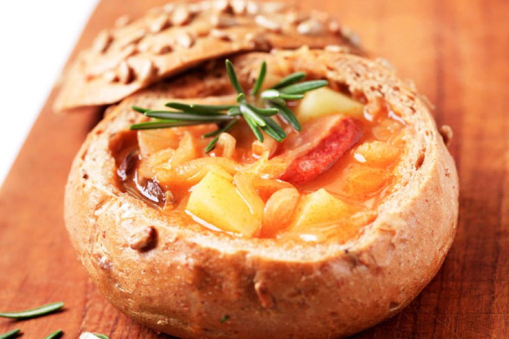 Какие блюда попробовать в Чехии - суп в хлебе