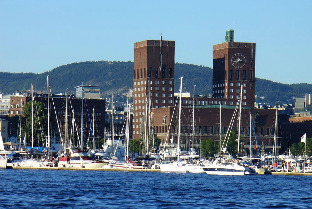 Вид на Ратушу Осло со стороны гавани