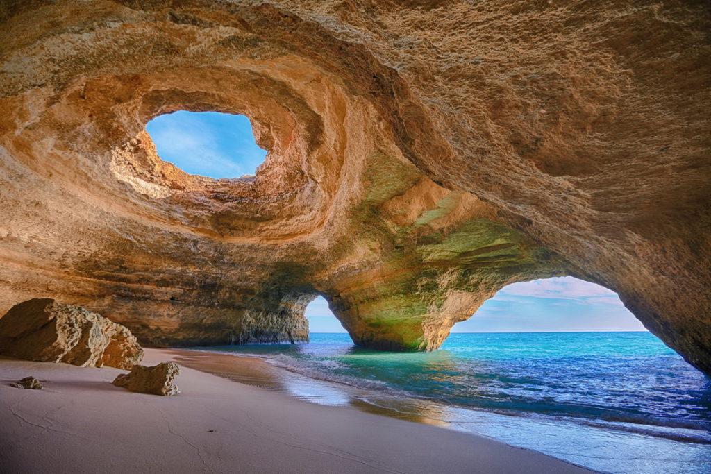 Грот Algar de Benagil (Атлантическое побережье, Португалия)