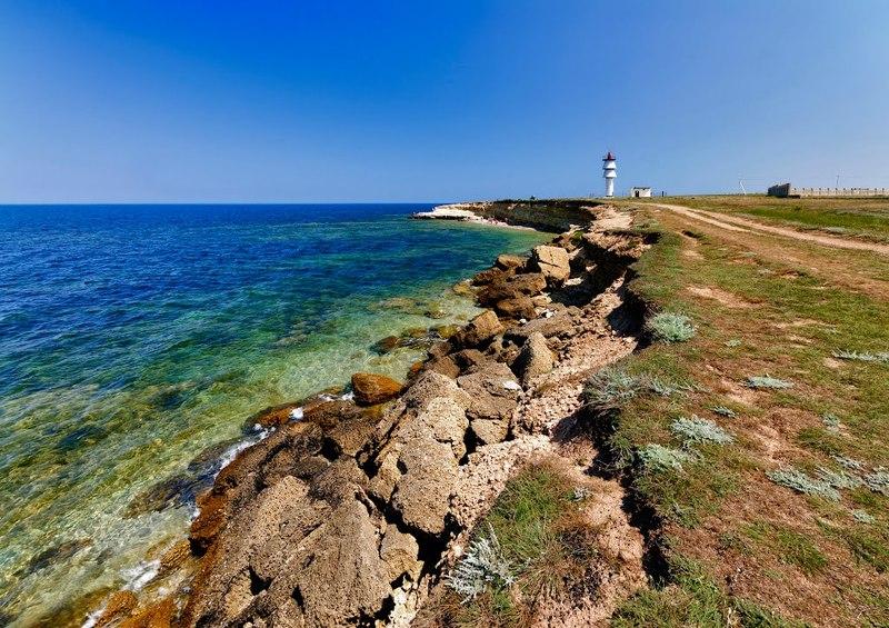 Маяк на мысе Черный (Межводное, Крым)