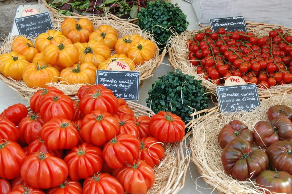 Провансальские помидоры на местном рынке Горд, Франция)