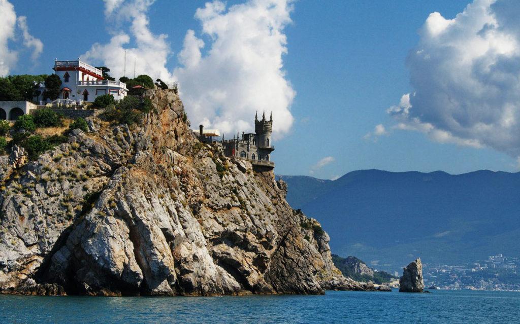 Вид на скалу со стороны моря (Ласточкино гнездо, Крым)