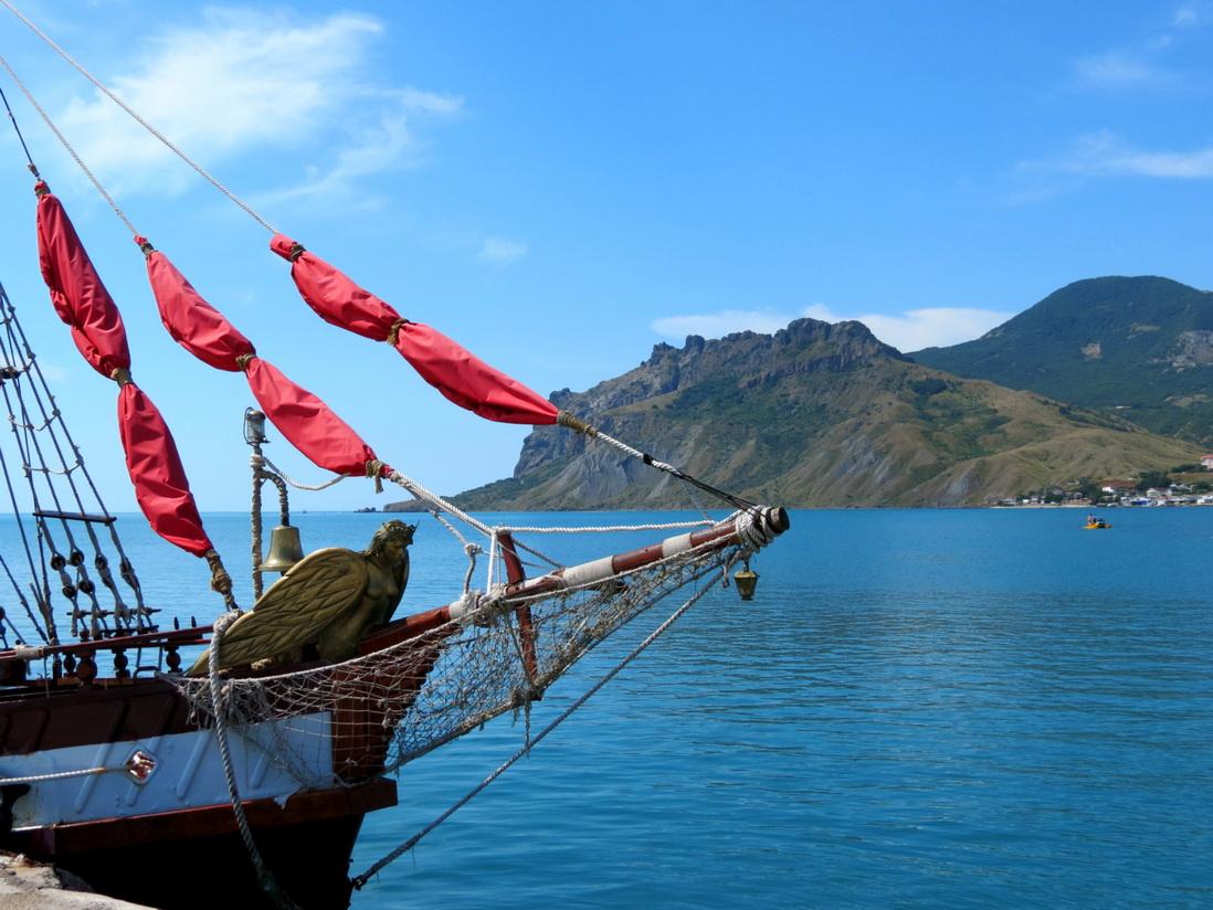 Картинки по запросу Морская экскурсия вдоль берегов Карадагского заповедникана стилизованном кораблике с алыми парусами