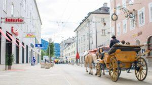 Улица Griesgasse, прилегающая к площади Антон-Ноймайр в Зальцбурге