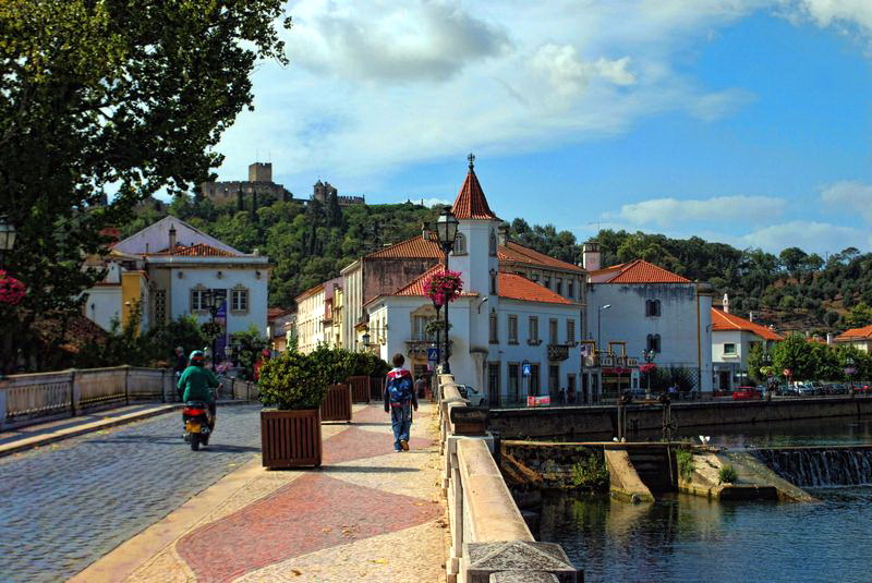 Томар, Португалия: набережная и мост