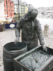 Что посмотреть в центре Олесунна: статуя рыбачки