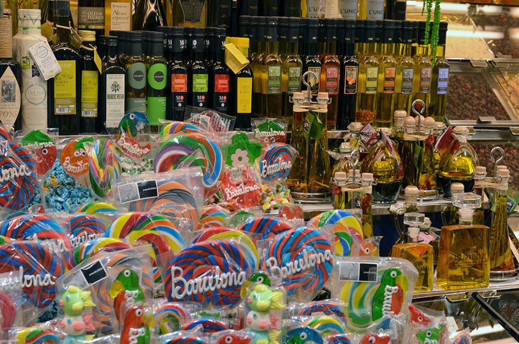 Сувениры из Барселоны: выбор оливкового масла и сладостей на рынке Бокерия