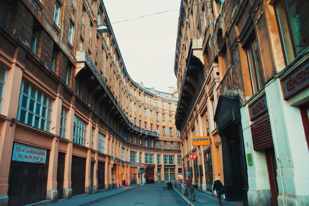 Как добраться из Праги в Будапешт: улицы Пешта