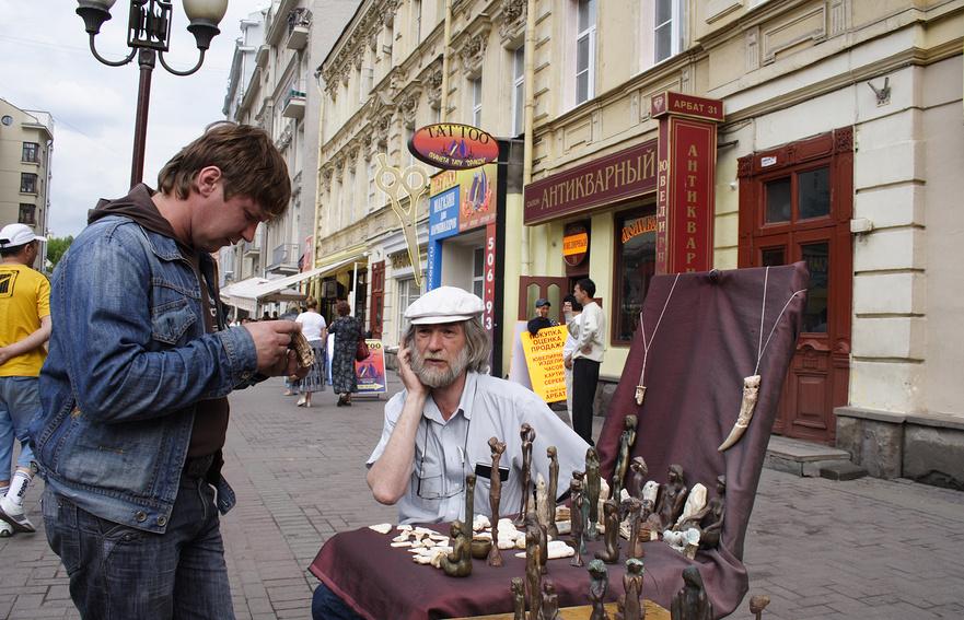 Художник-скульптор на улице Старый Арбат, Москва