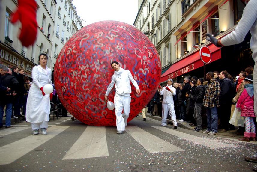 Зимний карнавал на улицах Парижа