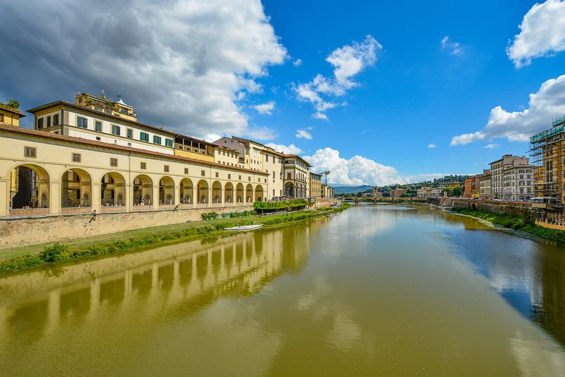 Набережная реки Арно с моста Веккьо (Флоренция, Италия)