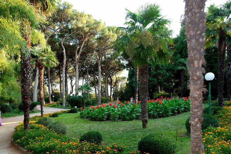 Дворец Раевских и парк Карасан в поселке Утес (Алушта, Крым)