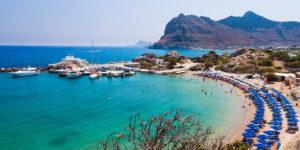 Главный пляж курорта в небольшой бухте (Колимбия, Греция)