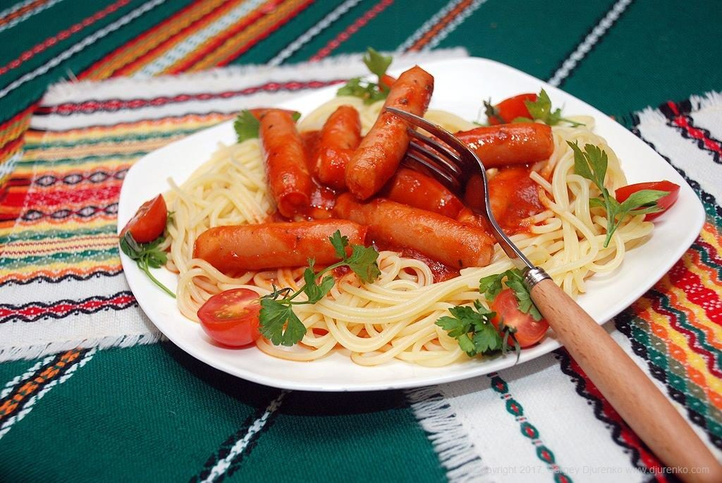 Спагетти с сосисками и томатной пастой (пошаговый рецепт)