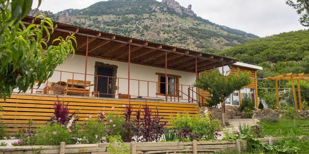 Гостевой дом «Демерджи» с видом на Долину привидений (Алушта, Крым)