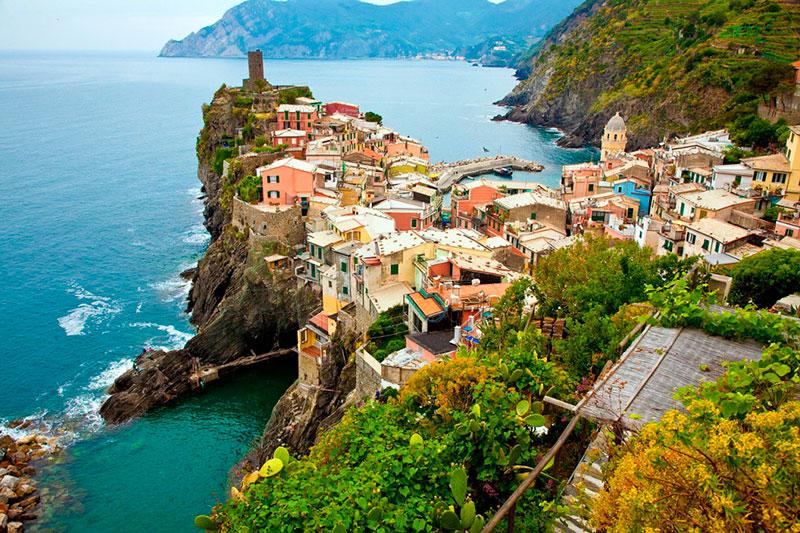 Городок Вернацца в Чинкве-Терре (Генуя, Италия)
