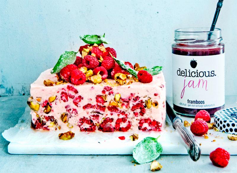 Десерт семифредо в виде торта с малиной и фисташками