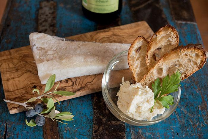 Ингредиенты для брандады: треска, зелень, картофель