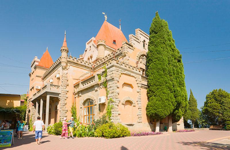 Дворец Гагариных в посёлке Утёс (Алушта, Крым)