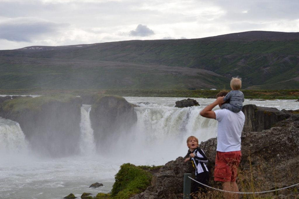 Экскурсия к водопаду Годафосс безопасна для детей