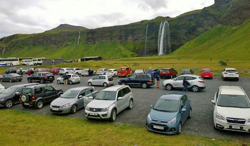 Автомобильная парковка у водопада Сельяландсфосс