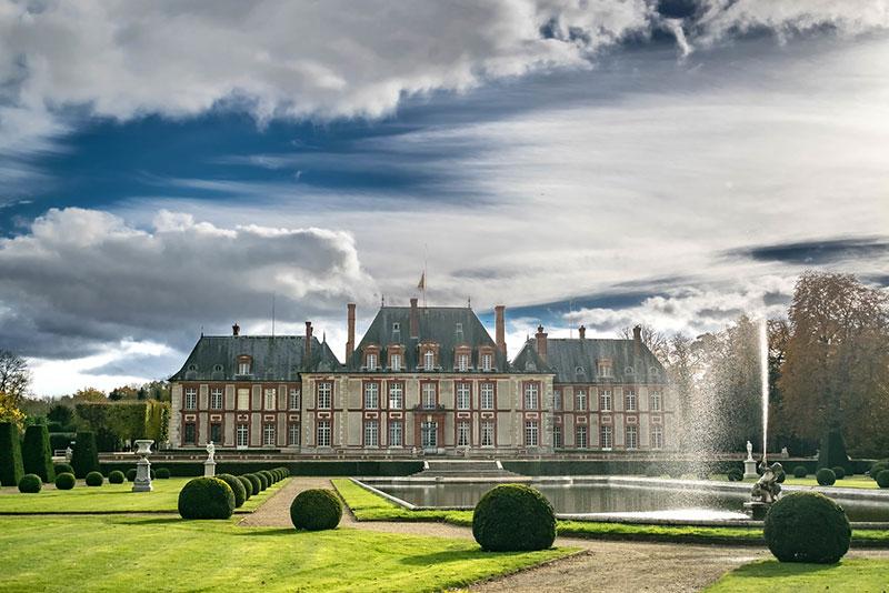 Замок Бретёй (Chateau de Breteuil) в окрестностях Парижа
