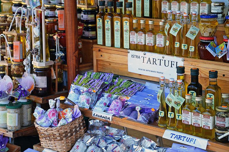 Сувенирный рынок в Ровине (Хорватия)
