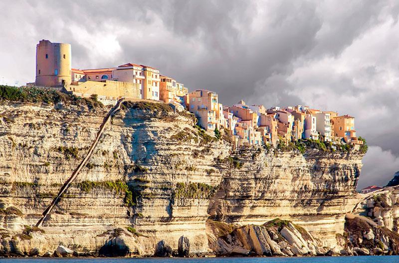 Вид с моря на Бонифачо (Корсика, Франция) Курорты Франции Лучшые курорты  Франции morskie kurorty francii 4