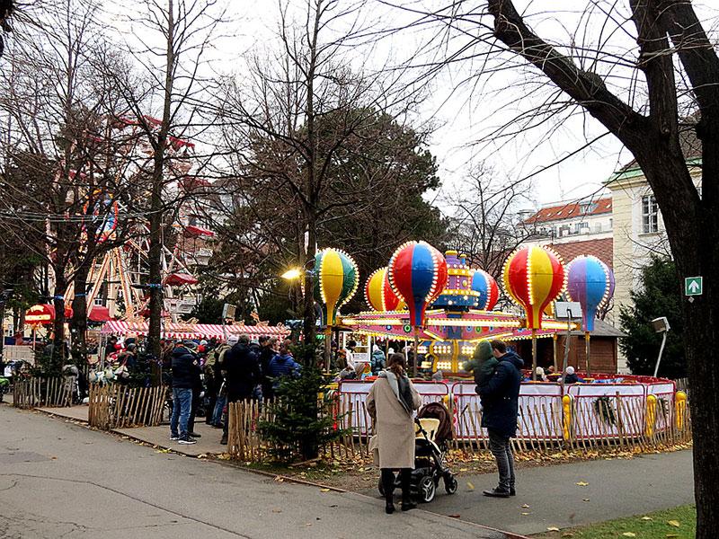 Weihnachtsdorf — ярмарка на площади Марии-Терезии